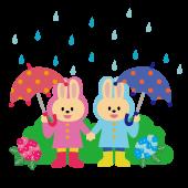 雨の日の登校!傘をさしてレインコートを着たウサギさんのイラスト